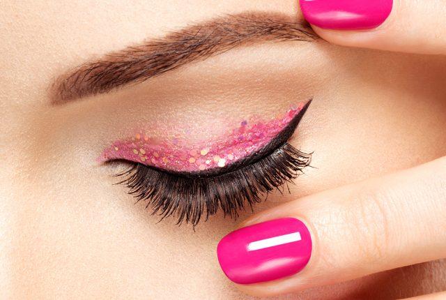 Maquiagem para o dia a dia com cílios postiços com efeito natural
